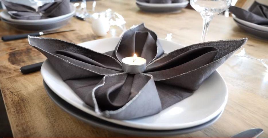 C mo doblar servilletas con forma de flor de pascua para - Como doblar servilletas de tela ...